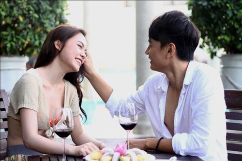 Giang Hồng Ngọc và Ngọc Thuận trong một cảnh quay của MV.
