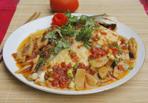 Nấm và cà chua ngọt tự nhiên được om cùng với cá, làm món mặn ăn cơm lạ miệng và hấp dẫn.