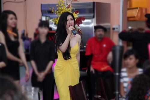 Sau phần đón tiếp khách mời, Maria Đinh Phương Ánh trở lại với bộ đầm vàng khoét sâu vòng một gợi cảm.