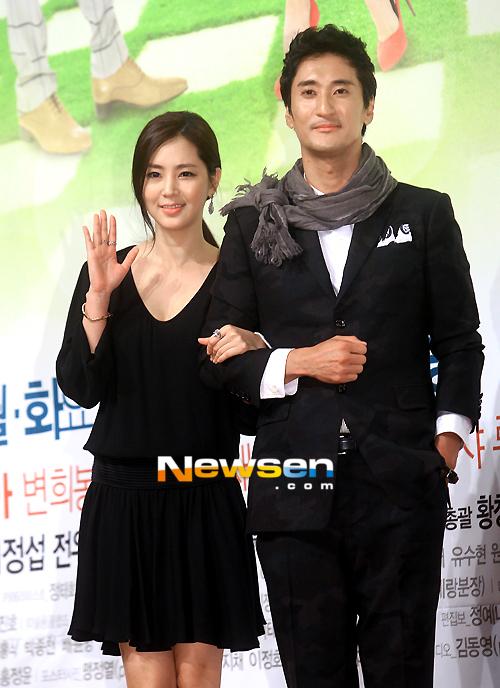 "Trong khi ""cô vợ"" Kim Jung Eun khoác vai Han Jae Suk, anh chồng Shin Hyun Jun"