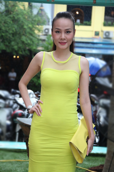 Cựu người mẫu Dương Yến Ngọc cũng mặc đầm vàng nhã nhặn đến chúc mừng cho Maria Đinh Phương Ánh.