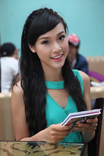 Top 10 Hoa khôi Thể thao 2012 Hoàng Oanh đảm nhận vai trò MC cho buổi họp báo. Cô thu hút bởi vẻ đẹp tinh khôi và lối nói chuyện linh hoạt.
