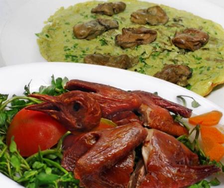 Bồ câu quay và Hào chiên trứng cũng là một món ăn chơi thú vị mà thực khách nên thưởng thức.
