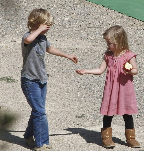 Vivienne chia cho chị Shiloh miếng táo.