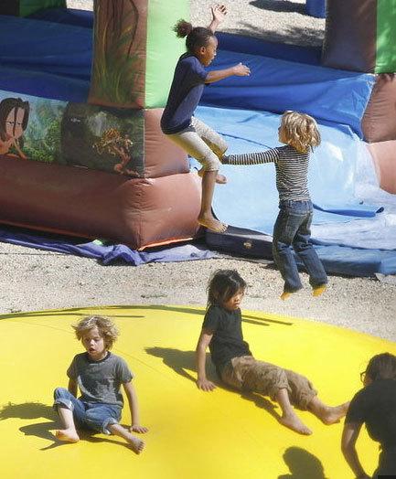 Công viên rất vắng vẻ, dường như chỉ có lũ trẻ nhà Jolie chơi đùa.