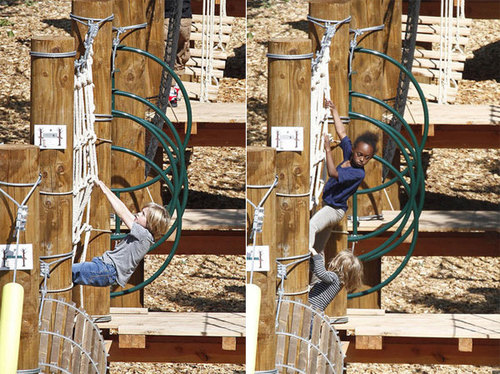 Shiloh, Zahara và Knox thi nhau leo trèo.