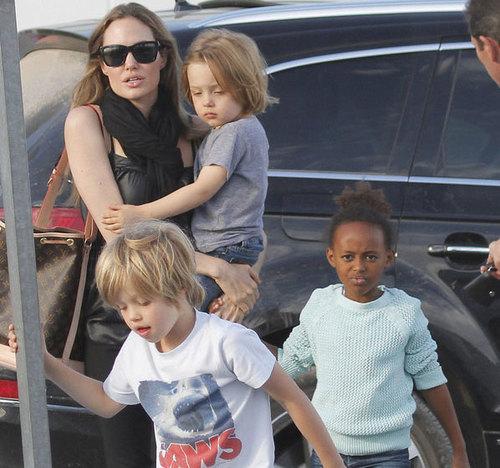 Sáng thứ 7, 22/9, Angelina Jolie dẫn các con đi chơi công viên trong khi Brad Pitt ở nhà với cậu cả Maddox.
