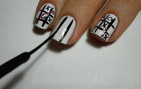 Vẽ hai đường thẳng song song dọc theo chiều dài móng để tạo khung bàn cờ.