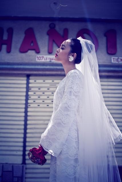 Chiếc khăn voan khẽ bay trong gió làm tôn thêm vẻ đẹp dịu dàng của cô dâu trong ngày vu quy.