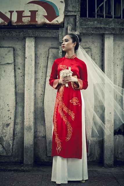 Khi chọn khăn voan kết hợp cùng áo dài đỏ, cô dâu sẽ trở nên rực rỡ.