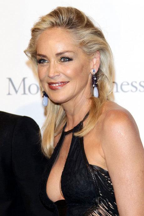 Tại sự kiện này, Sharon đã giúp nâng số tiền quyên góp cho các bệnh nhân AIDS 1,1 triệu USD bằng việc bán đấu giá tranh.