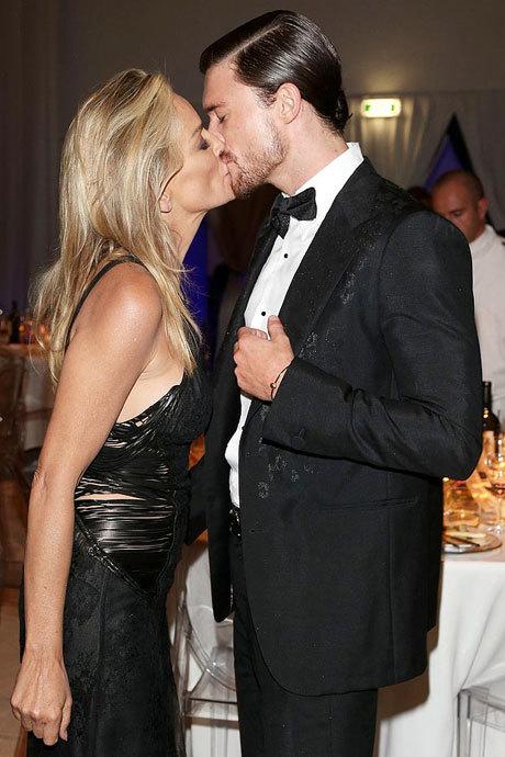 """Nữ diễn viên Hollywood không ngần ngại trao nụ hôn đắm đuối với """"phi công trẻ"""" ít hơn cô 30 tuổi."""