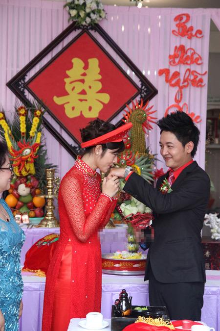 Cô dâu duyên dáng với áo dài ren đỏ, đội mấn.