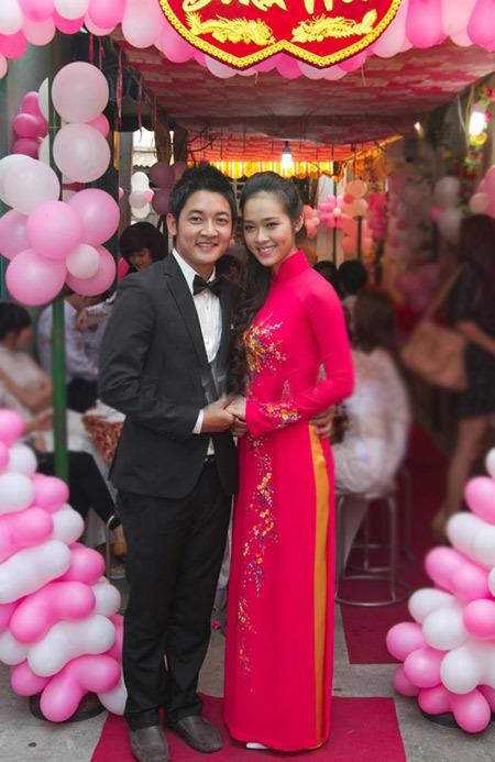 Màu áo dài của cô dâu ton sur ton với trang trí tại lễ ăn hỏi.