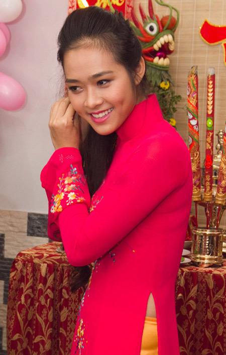 Cô dâu trang điểm nhẹ nhàng màu hồng cánh sen và để kiểu tóc đơn giản bởi màu của áo dài đã rất nổi bật.