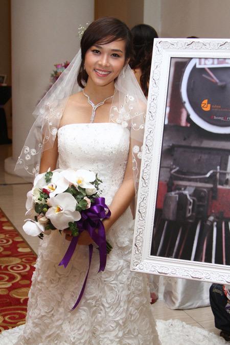 Họa tiết hoa hồng ở đuôi váy tôn nét nữ tính của cô dâu.