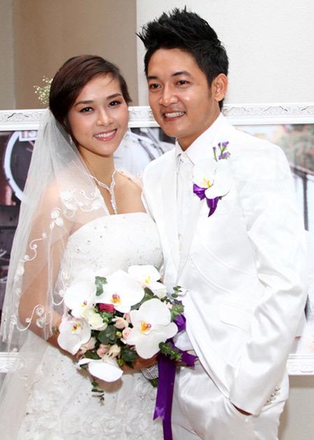 Cô dâu và chú rể ton sur ton với hai màu trắng và tím.