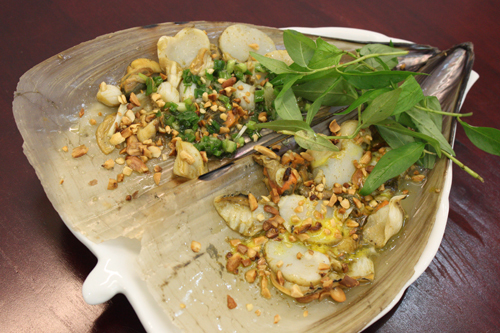 ốc cánh tiên nướng mỡ hành đem lại cho người ăn vị mềm và ngọt thanh.