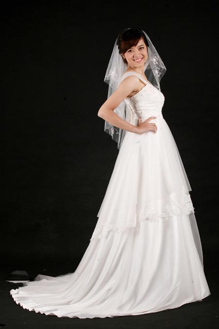 Những chi tiết đặc trưng của váy peplum làm nổi bật đường cong, nhấn vào eo và làm nổi bật vòng ba.