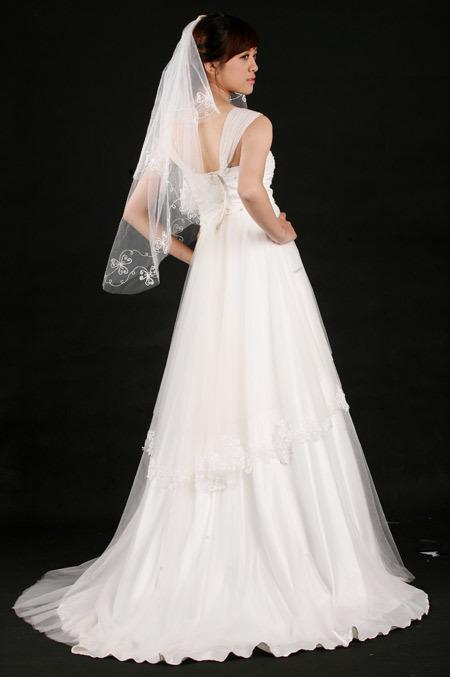 """Với cô dâu dáng gầy, vòng ba không như ý giống Hà Mi, váy peplum là cách nhanh nhất để """"ăn gian"""" kích thước cơ thể, có được vóc dáng mơ ước."""