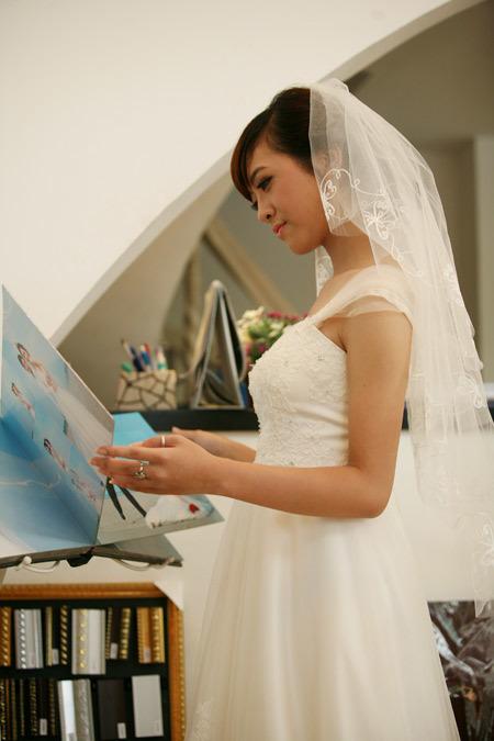 Kết hợp cùng váy peplum, cô dâu không nên sử dụng quá nhiều trang sức, đi giày hoặc chọn kiểu tóc quá nổi bật. Chi tiết xòe, xếp ly ở eo, hông đã là điểm nhấn lớn cho cô dâu.