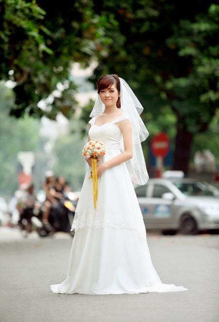 Hai dây voan đắp vai của chiếc váy peplum này cũng là một lựa chọn khéo léo, che được vai xuôi của Hà Mi.