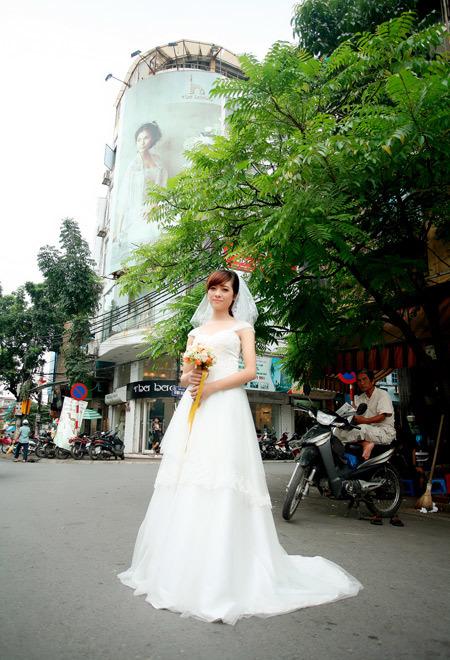 Một chiếc váy ôm cơ thể vừa phải sẽ phù hợp với cô dâu có vóc dáng nhỏ như Mi.