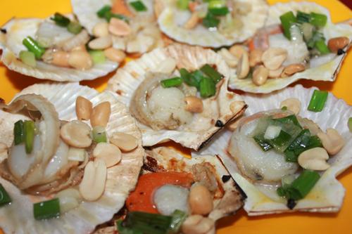 Sò điệp cắt bỏ phần lưỡi (có màu đỏ nhạt), rửa sạch, cho vào nồi nước sôi, chần qua, sau đó ướp sò với gia vị cho vừa ăn. Sau đó xếp thịt sò vào vỏ của nó, rồi để lên bếp. Khi thấy sò ngả màu vàng, cho mỡ hành lên trên và cho lên bề mặt một ít lạc rang vàng. Sò chín tái, không khô xác, thơm mùi nướng với vị hành rất thơm ngon.