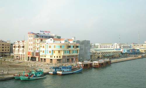 Hà Tiên hiện ra thơ mộng với một bên là biển Đông rộng mênh mông.