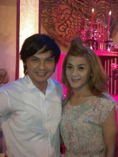Lâm Chí Khanh (phải) đã chuyển đổi giới tính và xuất hiện trong buổi lễ giỗ Tổ ngành sân khấu cùng NSƯT Kim Tiểu Long.