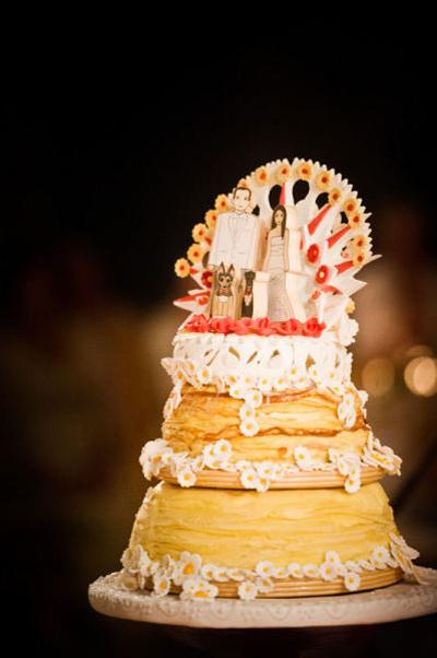 Chiếc bánh được ghép từ 3 tầng với màu sắc hiện đại.