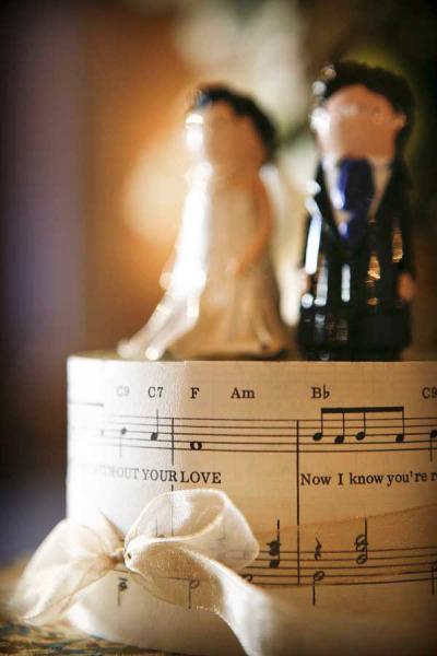 Chiếc bánh cưới có in bản nhạc yêu thích của đôi uyên ương.