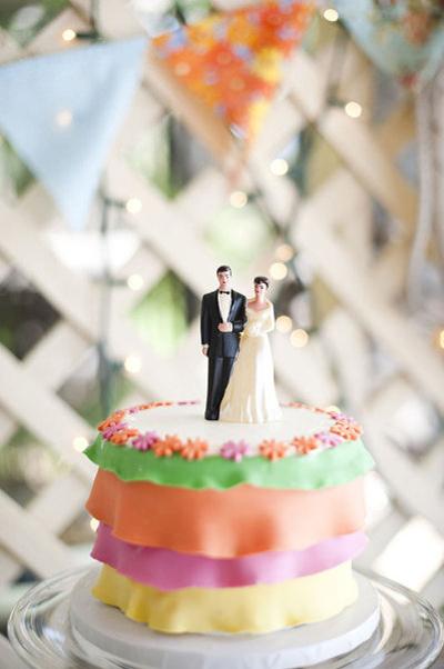 Bánh cưới với nhiều tầng màu sắc.