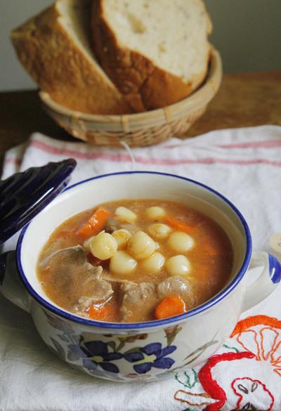 Với một chút biến tấu trong món lagu thông thường là dùng đậu Hà Lan, khoai tây và cà rốt, bạn thử thay đổi đậu thành hạt sen ăn bùi bùi, quyện với lưỡi lợn ăn giòn ngon dùng kèm với bánh mỳ.