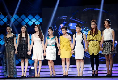 Tám cô gái hồi hộp chờ đợi kết quả. Ảnh: Ân Nguyễn