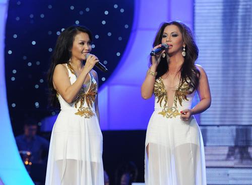 Cẩm Ly - Minh Tuyết mặc trang phục giống hệt nhau, gợi nhớ đến thời họ mới chập chững bước vào nghề. Bên cạnh chị gái trông khá 'khép nép', Minh Tuyết lại vô cùng sexy.