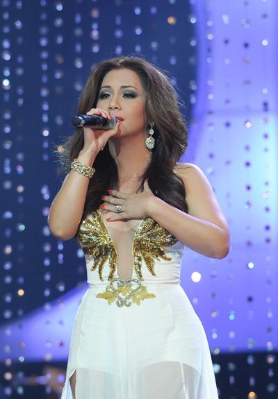 Gương mặt cô rất biểu cảm trong khi hát.