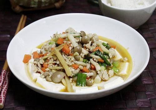 Đậu phụ mềm, được hấp chín, bên trên phủ thịt lợn xay, xào với cà rốt và nấm, thoang thoảng thơm mùi gừng dùng làm món mặn ăn với cơm.