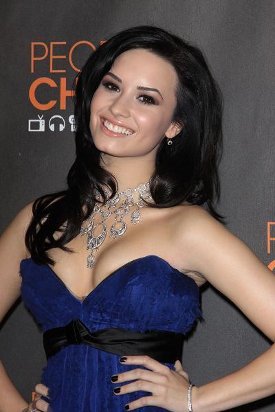 Sải bước tự tin trên thảm đỏ trong lễ trao giải Peoples Choice Awards 2009 với mái tóc đen tuyền, Demi đã khiến nhiều người phải ngoái nhìn. Trung thành với màu tóc đen bí ẩn từ năm 2009 và chỉ cần sấy nhẹ các lọn tóc ôm sát vào mặt, cô ấy đã tạo lên một cái nhìn rất khác, thực sự hấp dẫn người đối diện.