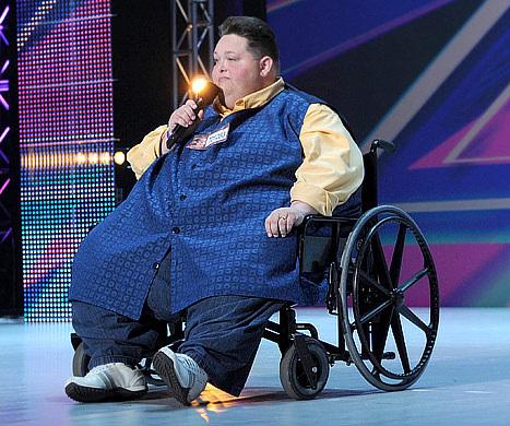 Freddie Combs biểu diễn ở vòng loại trên sân khấu X Factor.