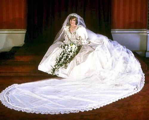 Bộ váy cưới của Diana do Elizabeth Emanuel thiết kế đã giúp tạo ra một kỷ nguyên mới về sự sang trọng và lịch lãm. Vai váy được làm rộng, chân váy dài, tay bồng. Và phần đuôi váy dài tới gần 8m.
