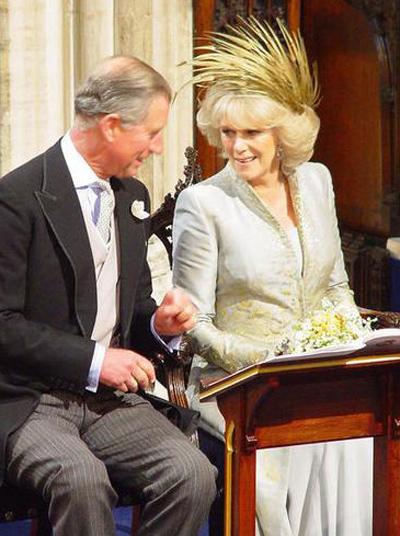Khác với lễ cưới lần thứ nhất trong đời, Thái tử Charles không mặc quân phục mà diện bộ lễ phục màu đen thông thường.