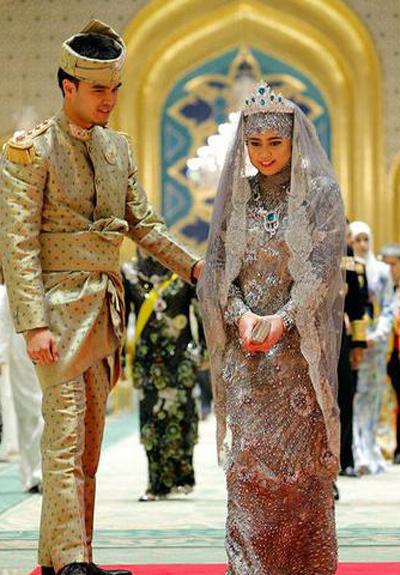 Chú rể Pengiran Haji Muhammad Ruzaini, 29 tuổi, là một viên chức làm việc tại văn phòng thủ tướng.