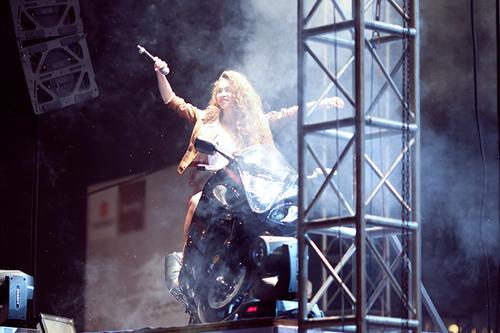 """Với mái tóc xù và bộ trang phục bằng da mạnh mẽ, giám khảo """"The Voice"""" nhanh chóng tạo được sức thu hút. Cô vừa """"cưỡi"""" siêu mô tô vừa hát """"Invisible""""."""