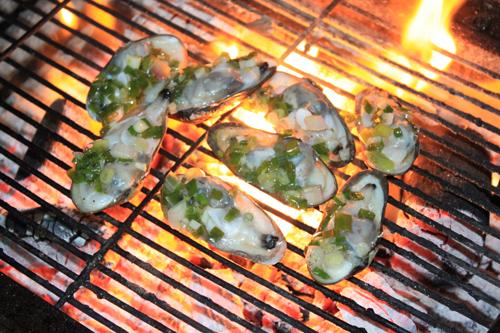 Những con chem chép sau khi làm sạch được nướng trên bếp than hồng nhìn rất hấp dẫn.