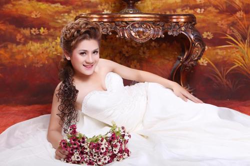Cô dâu Khanh Chi Lâm với vòng 1 gợi cảm.