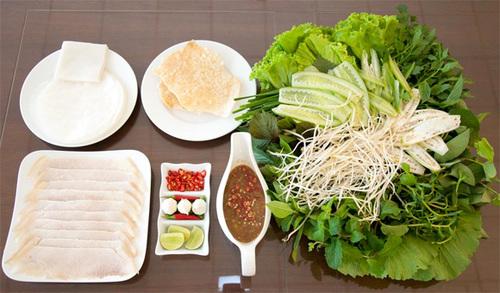 Bánh tráng cuốn thịt heo, miếng thịt có hai đầu là mỡ, chấm với thịt heo - một trong những đặc sản của Đà Nẵng.