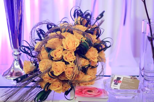 Hoa cưới màu vàng bó kiểu tròn vừa quen vừa lạ.