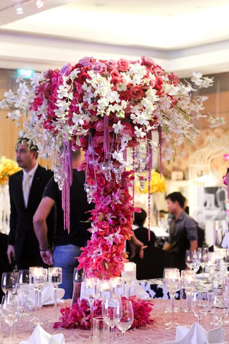 Hoa để bàn chủ yếu kết từ lan, ly và hoa hồng.