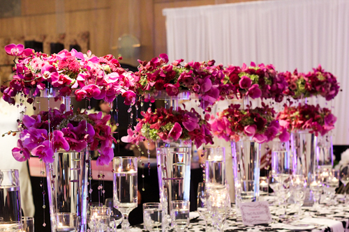 Hoa địa lan và ly tuy đắt tiền nhưng độ bền cao và tươi lâu, có thể để được cả buổi tiệc cưới.